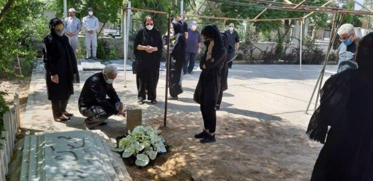 (تصاویر) خسرو سینایی در کنار محمدعلی کشاورز آرام گرفت